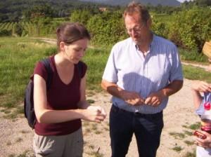 MMag. Irene Drozdowski (Biosphärenpark Wienerwald) und Leopold Wurth bei der Pflanzenbestimmung